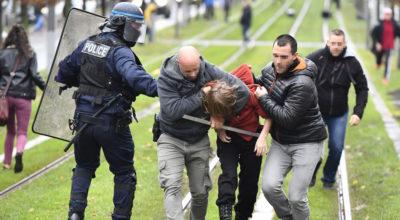 In Francia, più di 100 scuole superiori sono state occupate dagli studenti in protesta contro il presidente Macron