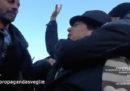 """Il video del giovane fermato dalla polizia per aver esposto il cartello """"Ama il prossimo tuo"""" alla manifestazione della Lega"""