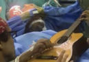 Un musicista ha suonato una chitarra durante un'operazione al cervello, su richiesta dei medici