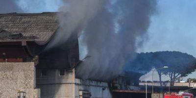 L'incendio in un deposito di rifiuti a Roma
