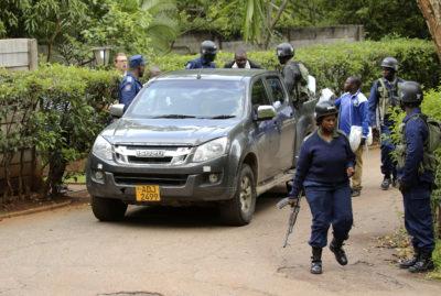 La polizia dello Zimbabwe ha arrestato l'attivista Evan Mawarire per aver promosso leproteste contro il rincaro dei prezzi del carburante