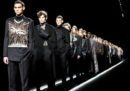 La sfilata di Dior, con i modelli su un nastro trasportatore