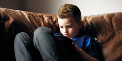 Preoccupatevi meno dei bambini davanti agli schermi