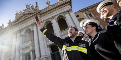 Il sindacato dei Vigili del Fuoco non è contento delle divise indossate da Matteo Salvini