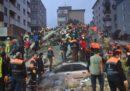 Almeno tre persone sono morte nel crollo di un edificio di otto piani a Istanbul