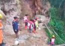 Almeno 60 persone sono disperse dopo che una frana ha bloccato l'accesso a una miniera d'oro illegale in Indonesia