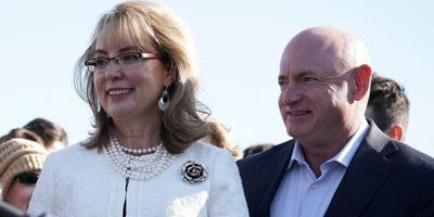 Mark Kelly, ex astronauta e marito di Gabrielle Giffords, si è candidato al Congresso degli Stati Uniti