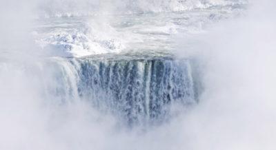 Fa troppo freddo anche per le cascate del Niagara