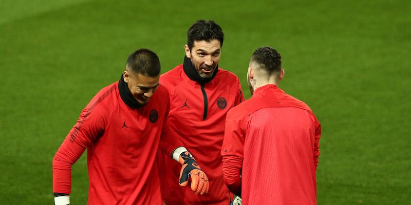 77ebb7e720 Gianluigi Buffon in allenamento all'Old Trafford di Manchester con gli  altri due portieri del PSG (Jan Kruger/Getty Images)