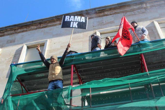 Opposizione in piazza a Tirana, assalita la sede del Governo