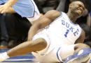 Una scarpa rotta sta facendo parlare dei problemi del basket dei college americani