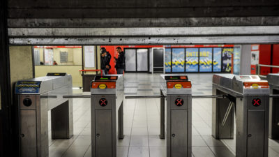 Le brusche frenate nella metro di Milano