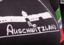 """La donna che a Predappio indossò una maglietta con scritto """"Auschwitzland"""" è stata condannata a pagare una multa di 9.050 euro"""