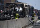 L'autobus incendiato a San Donato Milanese