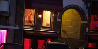 Amsterdam vieterà i tour guidati del quartiere a luci rosse