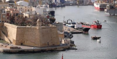 Il mercantile dirottato dai migranti è arrivato in porto a Malta