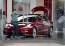 Tesla ha cominciato a vendere negli Stati Uniti la versione dell'auto Model 3 da 35mila dollari