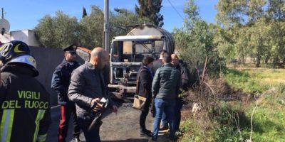 In Sardegna alcuni uomini hanno dato fuoco a un altro camion cisterna che trasportava latte