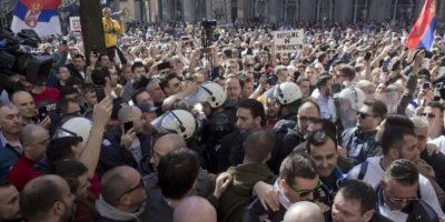 A Belgrado migliaia di persone hanno manifestato contro il presidente serbo Aleksandar Vučić