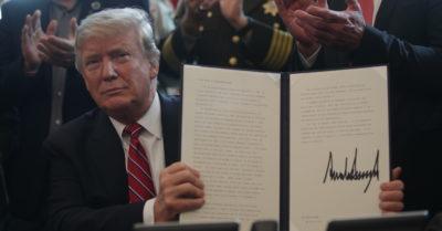 Trump mette il suo primo veto, a difesa dell'emergenza muro