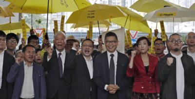 """I nove attivisti di Hong Kong che parteciparono alle proteste del """"movimento degli ombrelli"""" sono stati condannati fino a un massimo di 16 mesi di carcere"""
