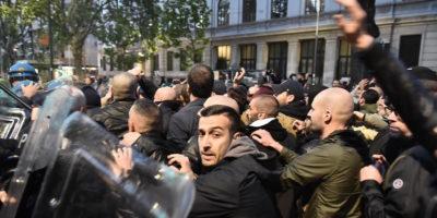 Gli scontri fra polizia e neofascisti a Milano