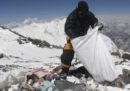 Il Nepal organizzerà una spedizione per raccogliere parte dei rifiuti abbandonati sull'Everest