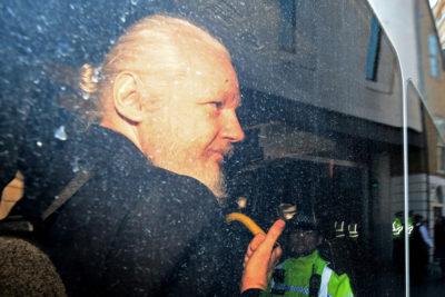 Un procuratore svedese ha formulato una richiesta di arresto nei confronti di Julian Assange, per le accuse di stupro e molestie sessuali