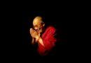 Il Dalai Lama si è scusato per aver detto che se una donna dovesse succedergli, dovrà essere «attraente»