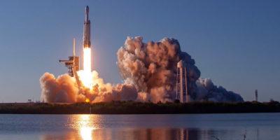 Per la prima volta SpaceX ha recuperato tre razzi in un colpo solo
