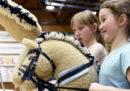 In Finlandia le ragazzine hanno inventato uno sport con i cavalli bastone