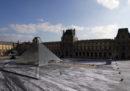 La piramide del Louvre sembra sprofondata, grazie a questa installazione