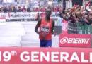 I kenyani Titus Ekiru e Vivian Kiplagat hanno vinto la maratona di Milano, battendo rispettivamente il record maschile e femminile per una maratona corsa in Italia
