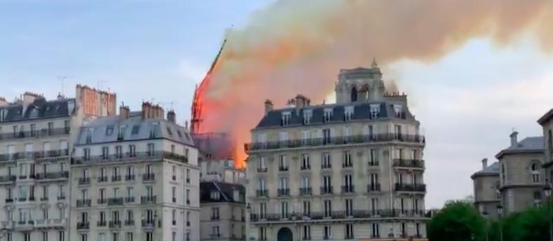 Il video del crollo della guglia di Notre-Dame
