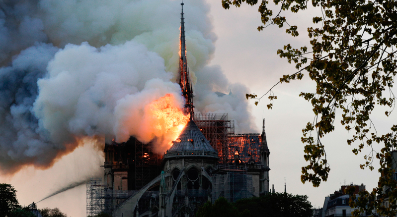 Il grande incendio nella cattedrale di Notre-Dame a Parigi