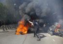 """Anche oggi a Parigi sono in corso manifestazioni dei """"gilet gialli"""" e ci sono stati scontri con la polizia"""