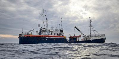 Migranti, Alan Kurdi sempre ferma in mare, Malta porta cibo e medicinali