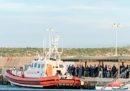 Le famiglie sono scese dalla Sea Watch 3, ma 47 persone restano al largo