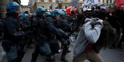 Gli scontri a Firenze durante il comizio di Salvini