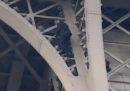 La Tour Eiffel di Parigi è stata evacuata perché una persona ha provato a scalarla