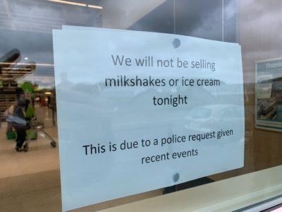 La polizia scozzese ha chiesto di non vendere gelati e milkshake a un McDonald's vicino a un comizio di Nigel Farage, per timore che gli vengano tirati addosso