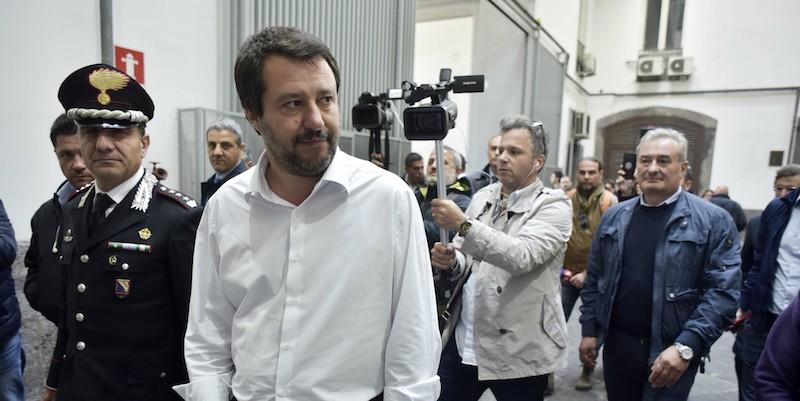 Salvini contestato attacca la Polizia: