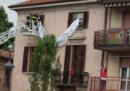 I vigili del fuoco hanno rimosso uno striscione contro Salvini prima di un suo comizio