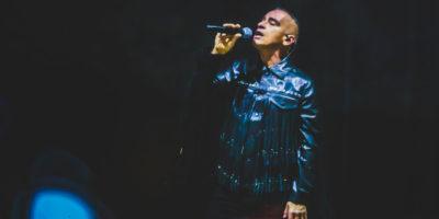 Il cantante Eros Ramazzotti ha sospeso il suo tour per un problema alle corde vocali