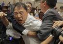 Le foto della grossa rissa al Parlamento di Hong Kong