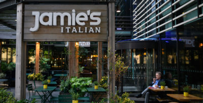Jamie Oliver rischia il fallimento per i suoi 25 ristoranti