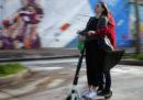 Da settembre in Francia sarà vietato andare sul marciapiede in monopattino