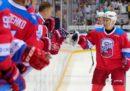 La caduta di Putin su un campo da hockey su ghiaccio
