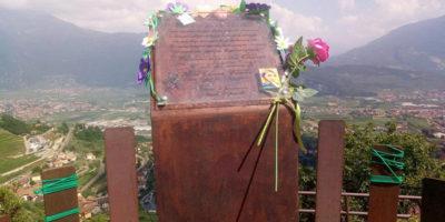 La stele per Alba Chiara Baroni, la ragazza uccisa due anni fa a Tenno dal ragazzo che aveva lasciato, è stata danneggiata