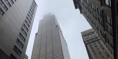 Elicottero contro grattacielo a New York